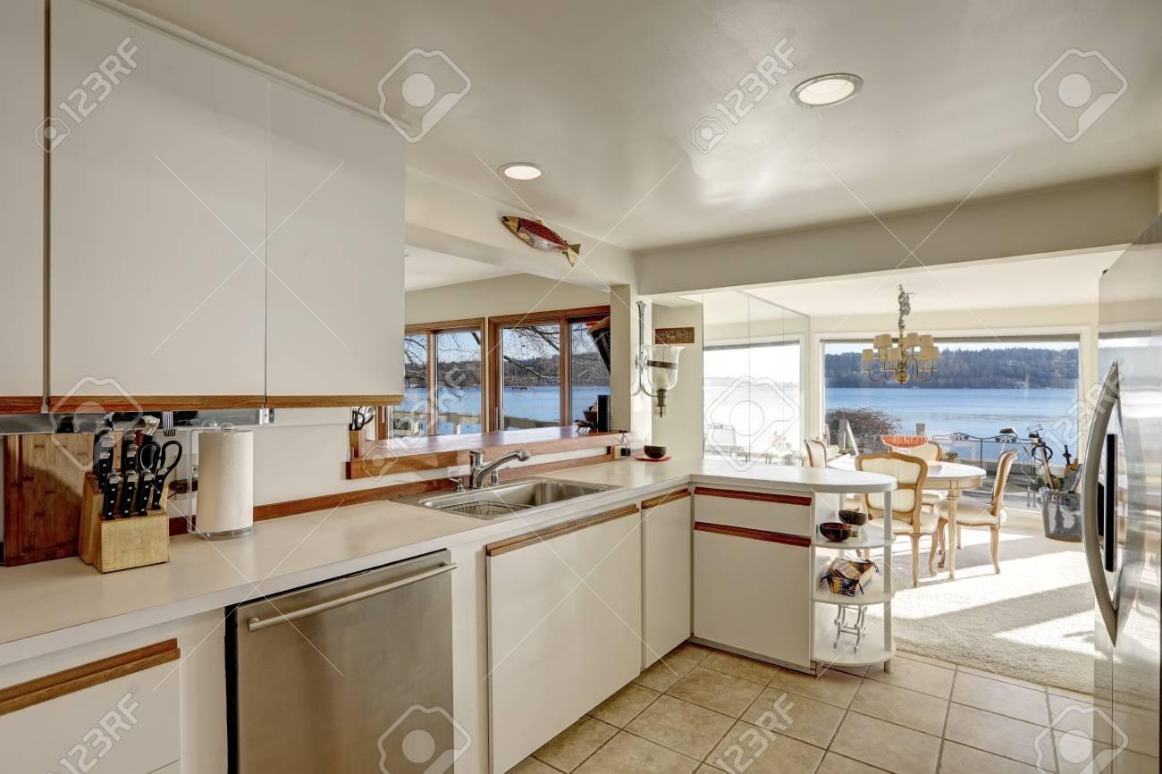 Kompakte Küche Mit Weißen Schränken Akzentuiert Mit Holz Zieht Neben Weißen  Quarz Zähler, Moderne Küchengeräte