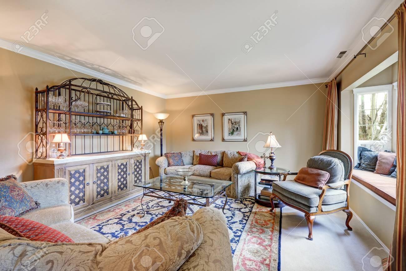 Le Grand Salon Interieur Dispose D Une Barre Humide Vintage Avec Des