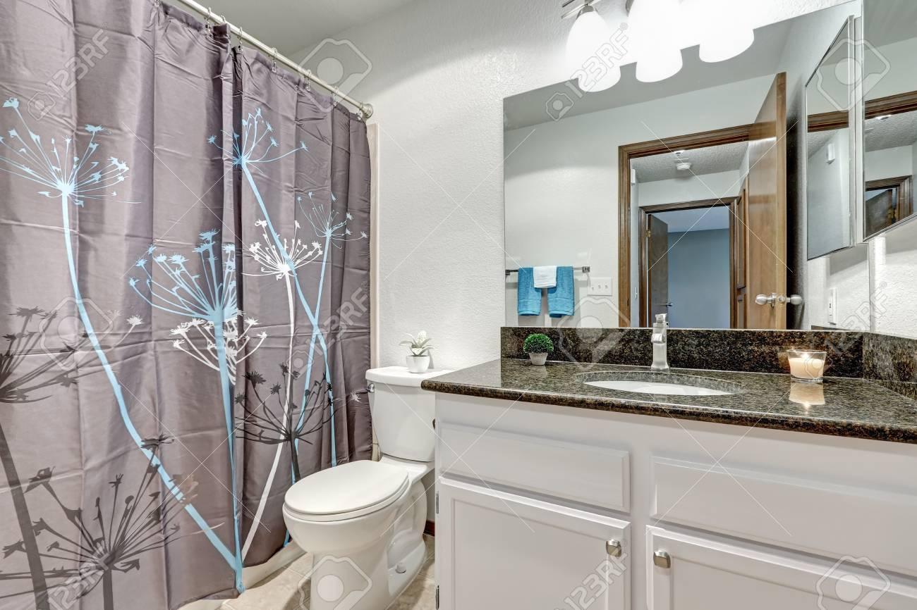 Tende Da Doccia Design : Il bagno è caratterizzato da un muro bianco un mobiletto da