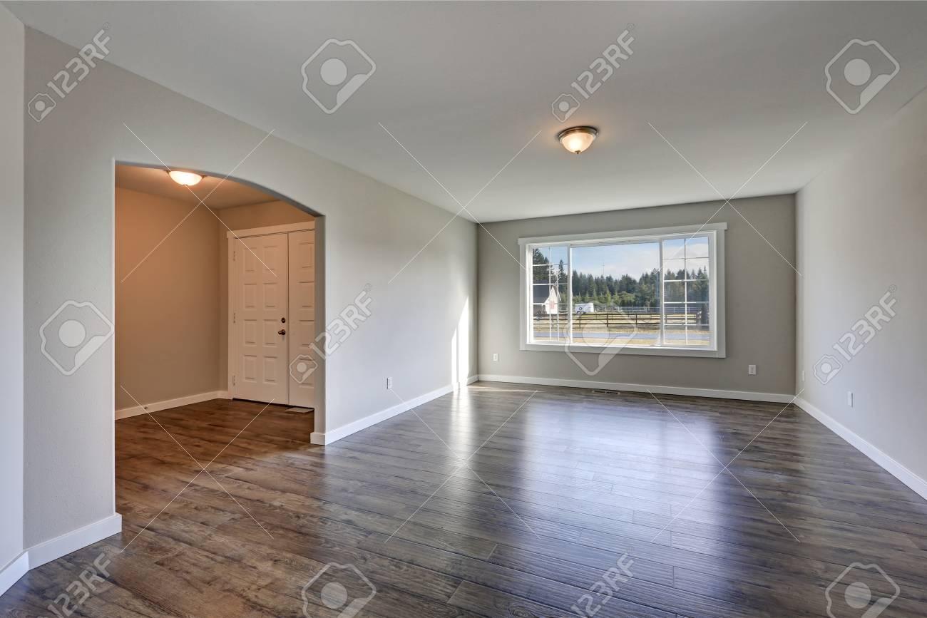 Leere Rambler Hause Interieur Mit Grauen Wänden Farbe Und Laminatboden.  Blick Auf Das Foyer Mit