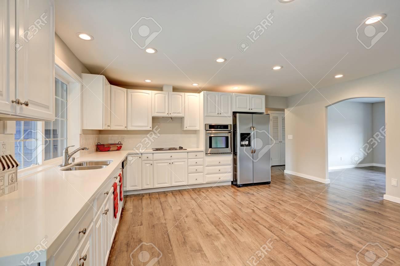 Lieblich New Light Gefüllte Küche Zimmer Verfügt über Weiße Schränke, Quarz  Arbeitsplatten, U