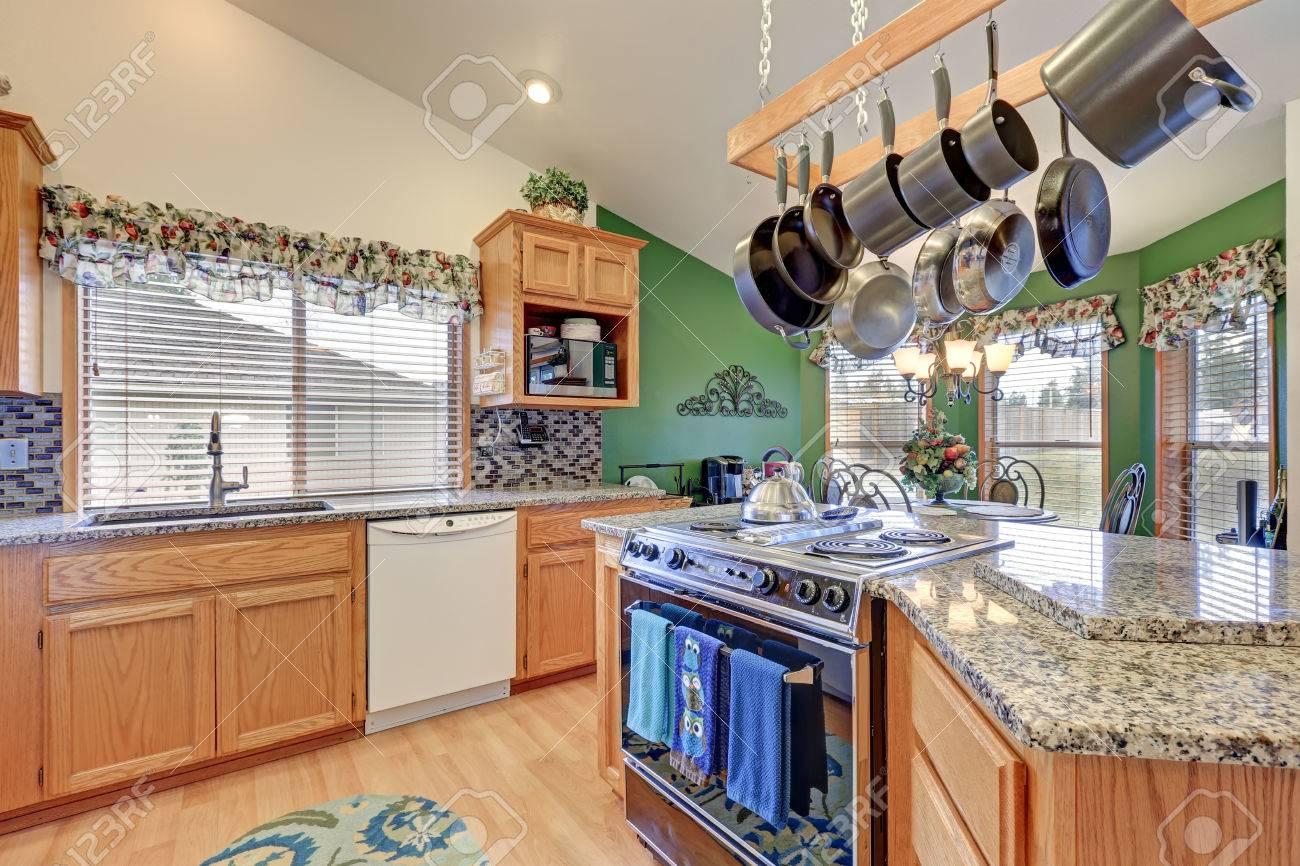 Helle Rambler Küche Rühmt Sich Gewölbte Decke über Bar-Stil Küche ...