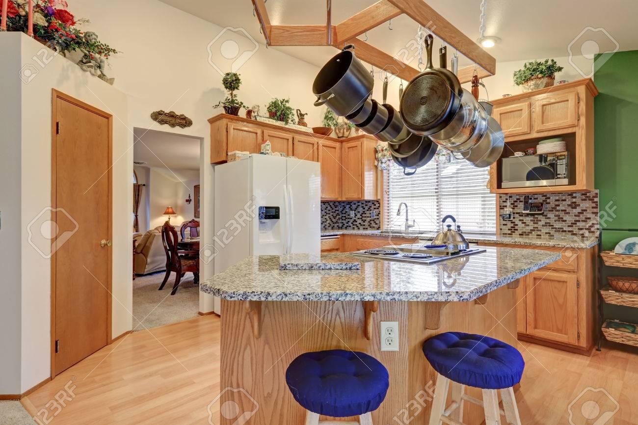 Helle Rambler-Küche Verfügt über Gewölbedecke über Bar Stil Küche ...