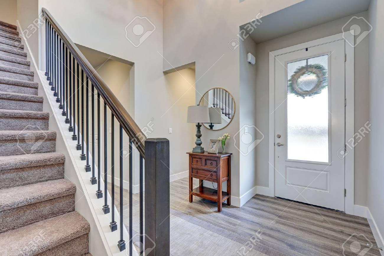 Foyer Gris Avec Revêtement De Sol Stratifié Haut Plafond Meublé