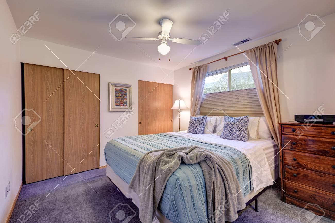Erholsames Weißes Schlafzimmer Verfügt über Kingsize Bett Mit Blauen  Bettwäsche, Kommode Und Zwei Einbauschränken