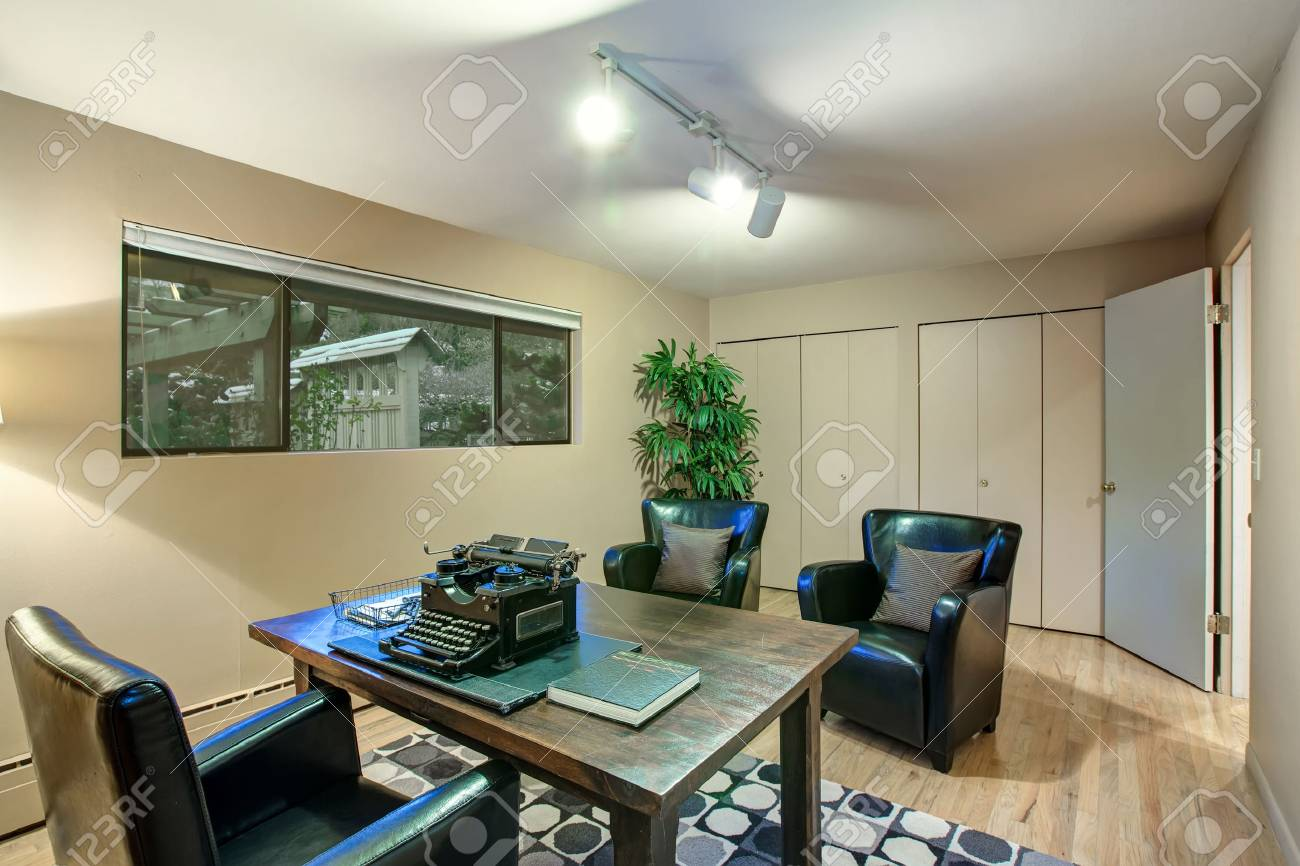 Huis kantoor met crème muren verf kleur vitrines prachtige zwarte