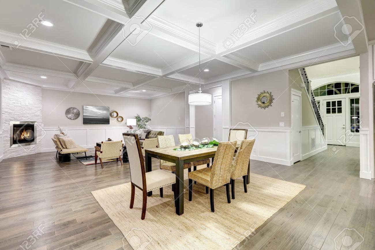 Exceptionnel Lovely Handwerker Stil Offene Innenraum Von Ess Und Wohnzimmer Mit  Kassetten Decke,