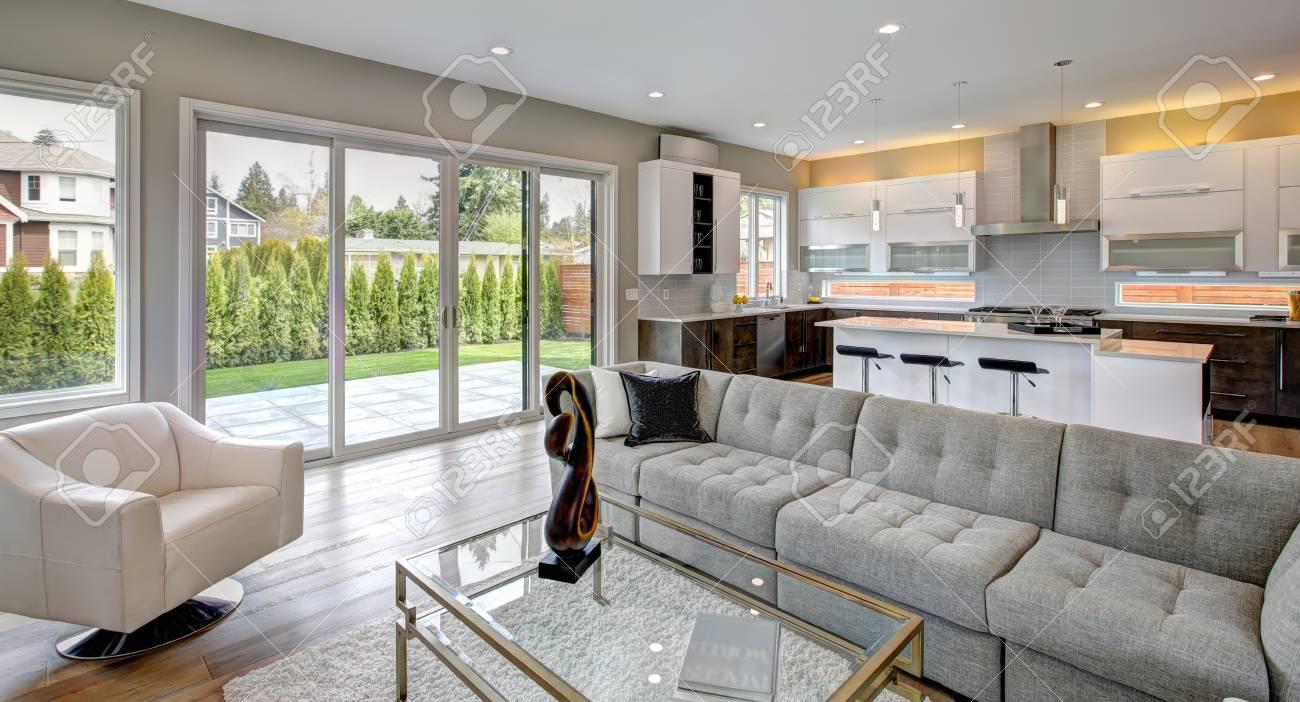 Eigentijdse woonkamer met moderne gashaard houten vloeren en