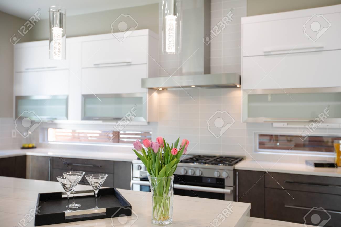 Natürliche Küche Backsplash, Weißer Quarz, Natürliche Braune Holz Schränke  Und Viel Licht. Nordwesten