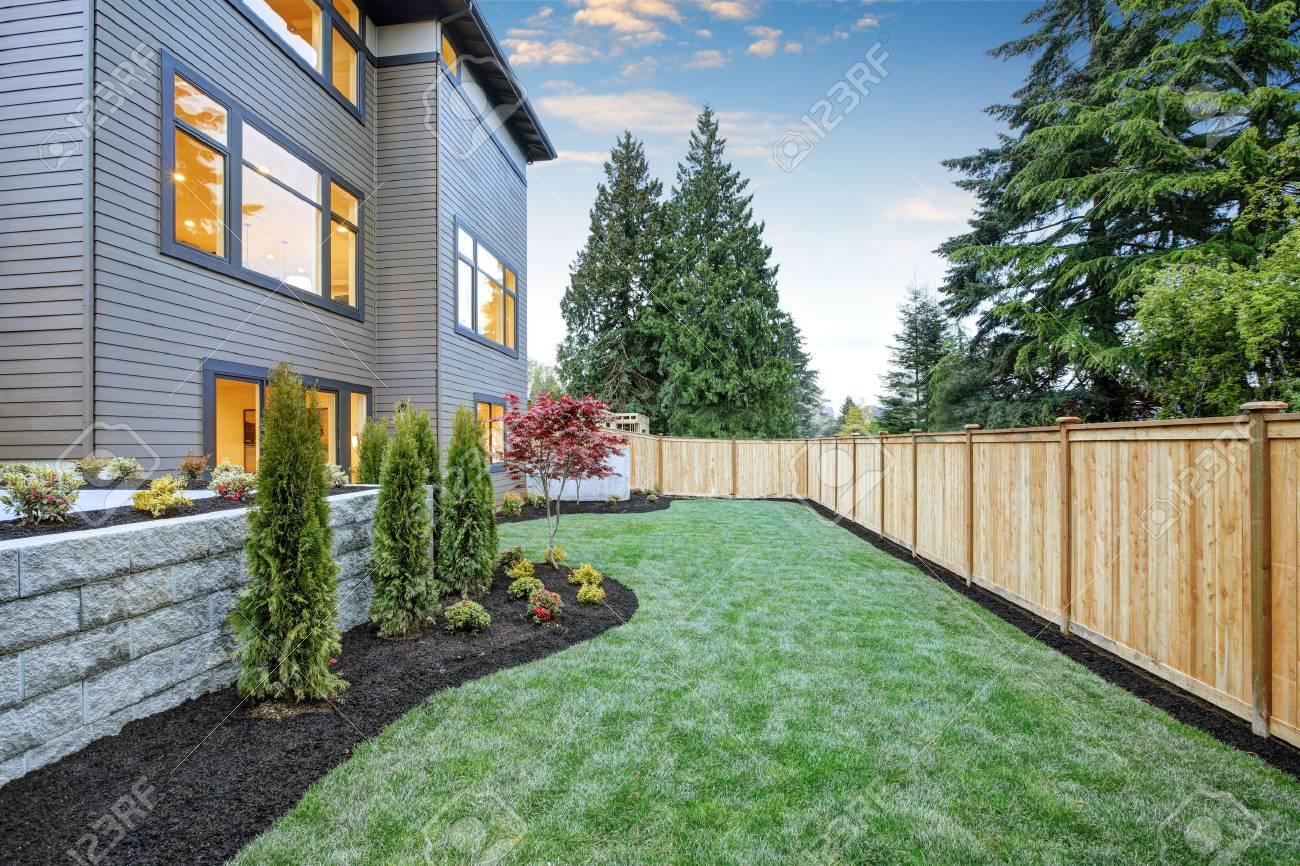 Extérieur de maison en bois luxueux contemporain de trois étages à  Bellevue. Beau jardin avec pelouse bien entretenue, parterres de fleurs et  ...