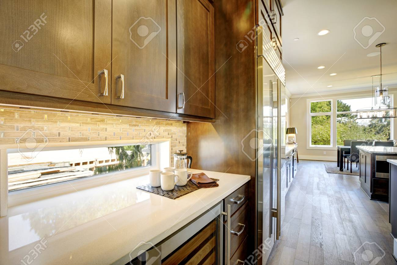 Luxus Küche Verfügt über Braune Holzfront Oberen Schränke Und Shaker  Unteren Schränke Mit Einer Glastür