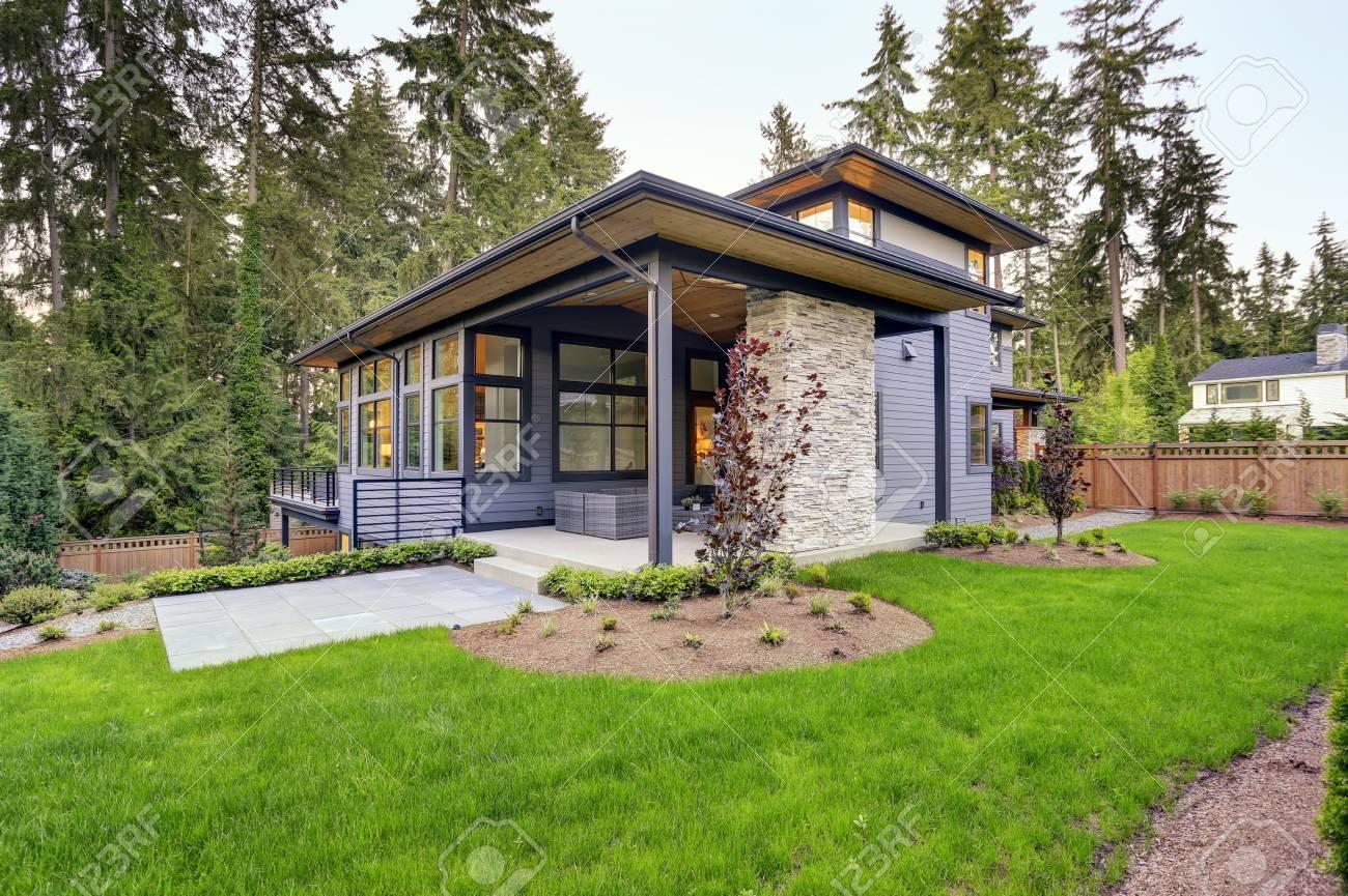 New Moderne Haus Verfügt über Einen Hinterhof Mit überdachter ...