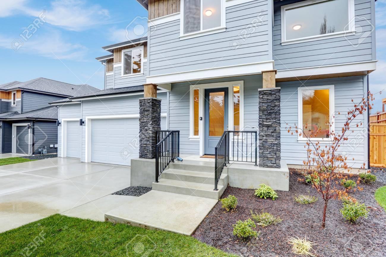 Rivestimento Esterno Casa : L esterno della casa di lusso è caratterizzato da tre garage per