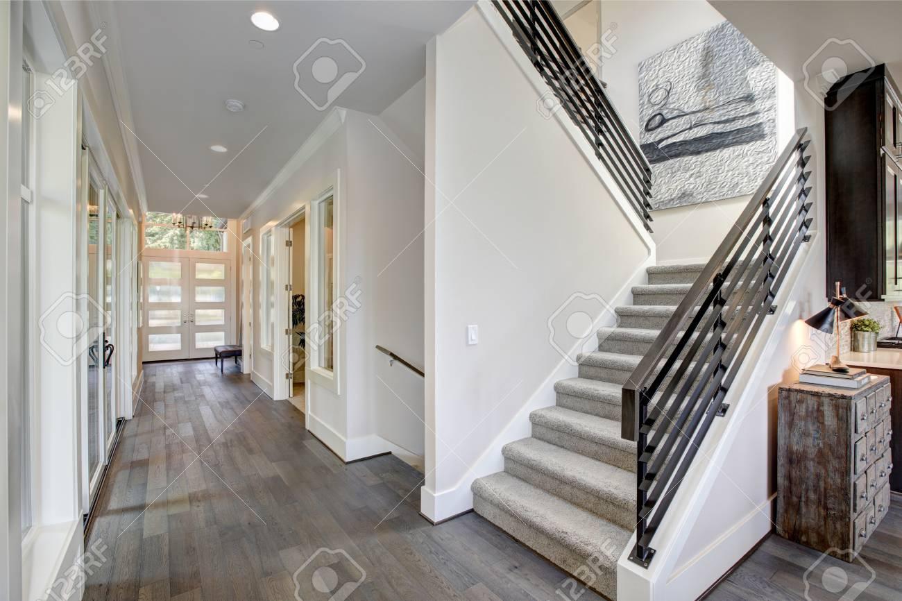flur verfügt über eine treppe mit grauem teppich läufer und metall