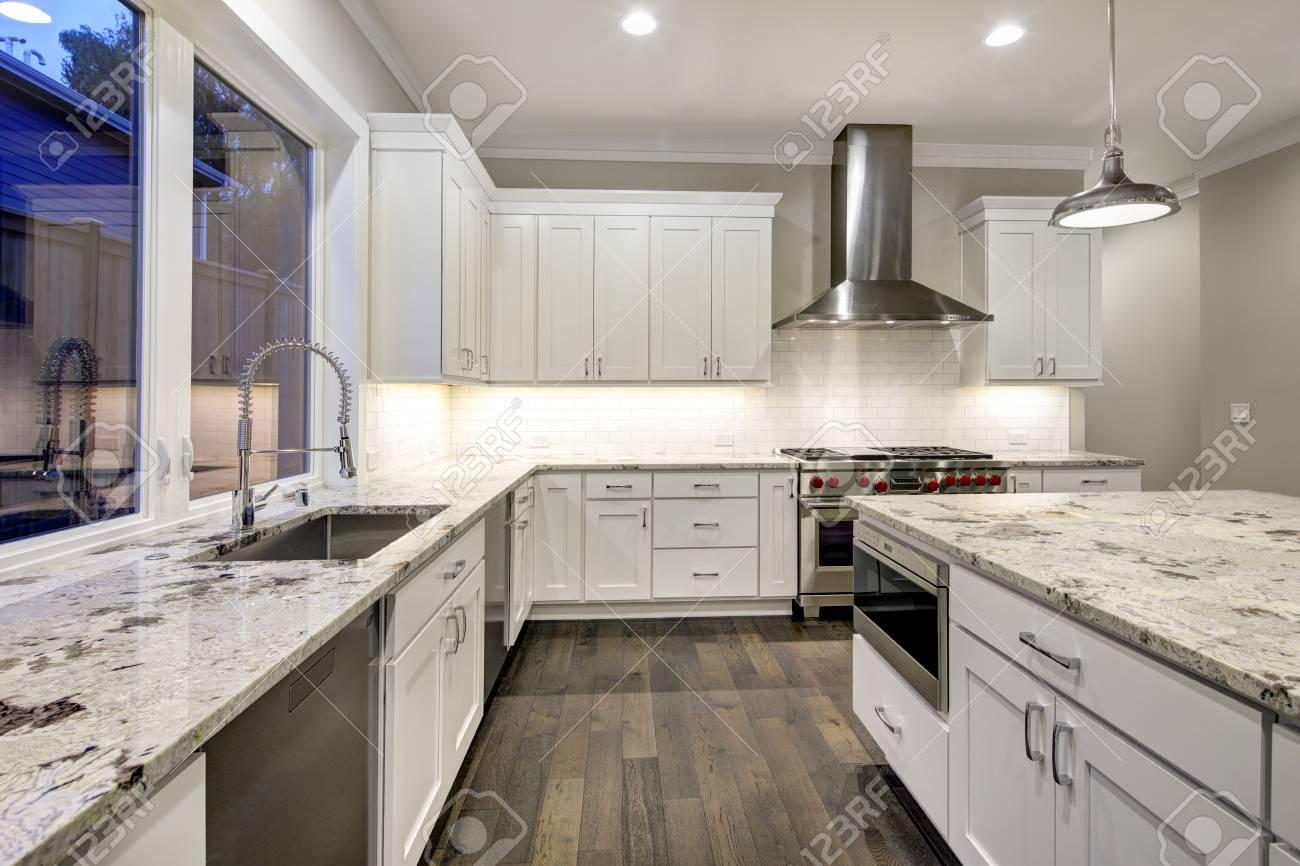 Diseño De Cocina Grande Y Espacioso Con Gabinetes De Cocina Blancos ...
