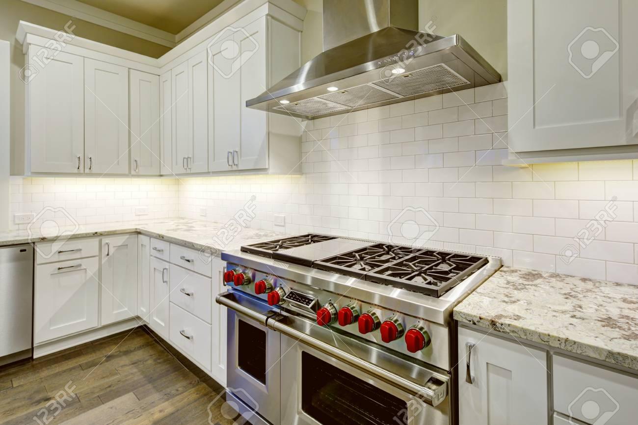 Großes, Geräumiges Küchendesign Mit Weißen Küchenschränken, Weißer ...
