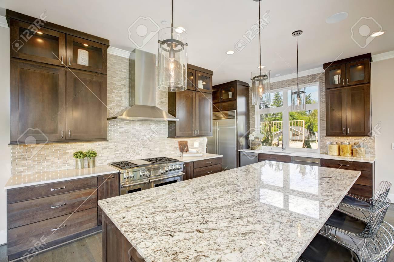 Luxus Küche Mit Großen Granit Kücheninsel, Taupe Fliesen Backsplash,  Natürlichen Braunen Holz Schränke