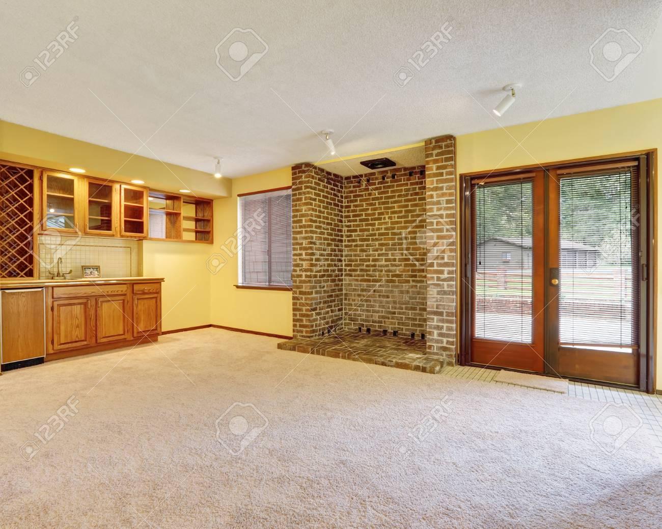 empty family room interior with soft yellow walls ready niche rh 123rf com Laundry Room Empty Creepy Empty Room