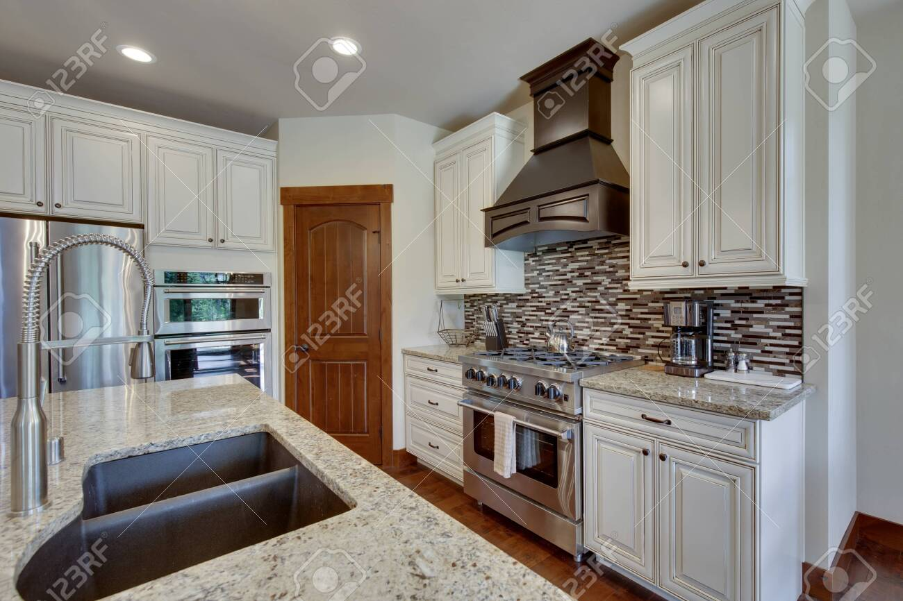 White And Brown Cabinets Luxury Huge Kitchen Interior With Amazing Details And Top Noch Appliances New American Luxury Real Estate With Expensive Furniture And Good Design Lizenzfreie Fotos Bilder Und Stock Fotografie