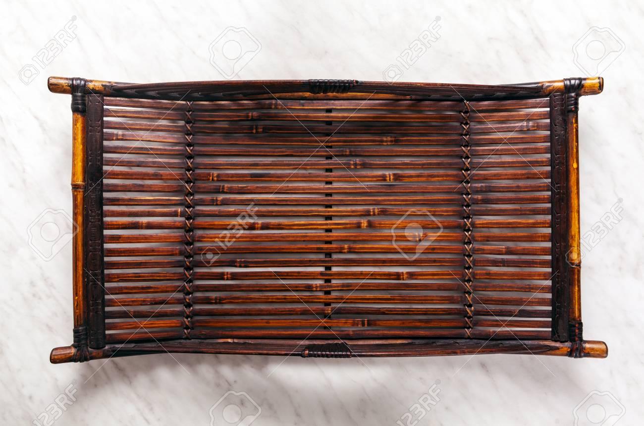 Tavolo In Marmo Bianco.Immagini Stock Vassoio Autentico Di Bambu Naturale Su Un Tavolo