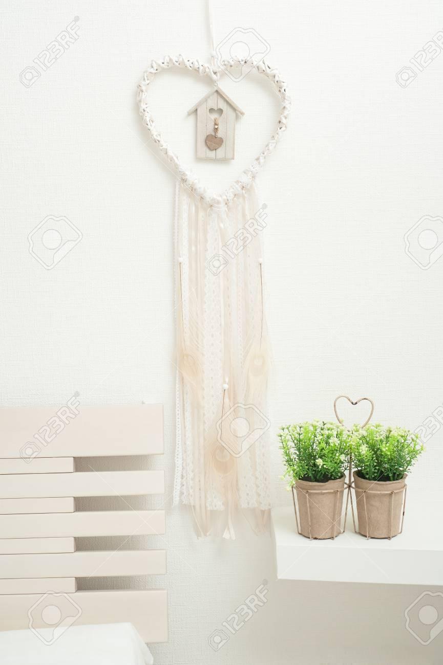 Atrapasueños en forma de corazón con plumas de pavo real beige en el interior Foto de