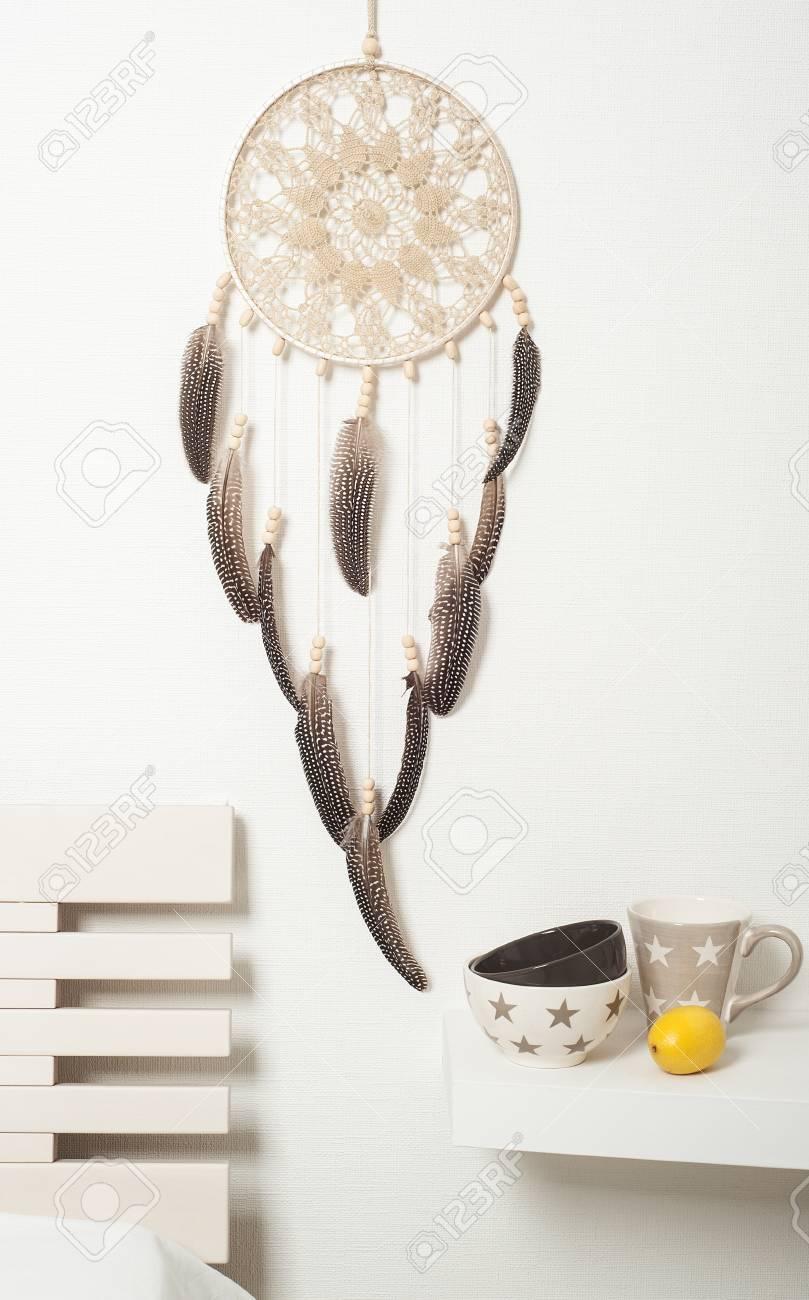 Beige Braun Traumfänger Mit Federn Auf Weißen Wand. Exemplar Für Text  Standard Bild