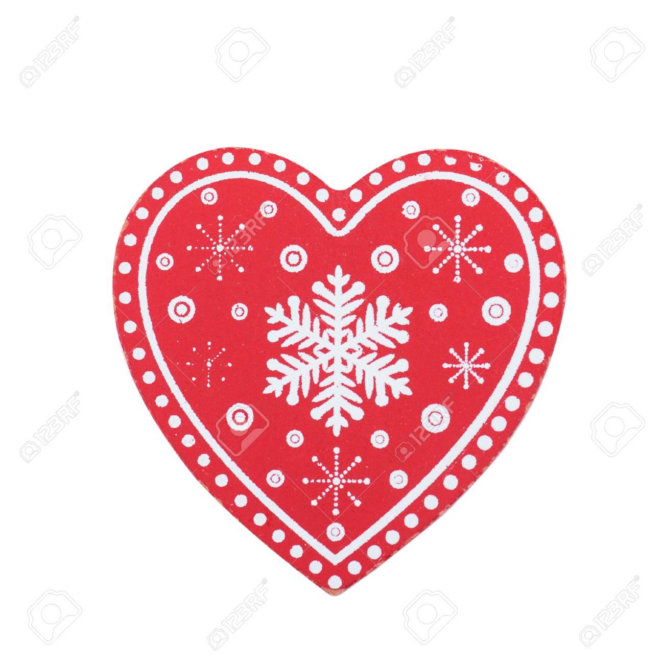 Décoration de Noël coeur en bois rouge avec ornement isolé sur blanc.