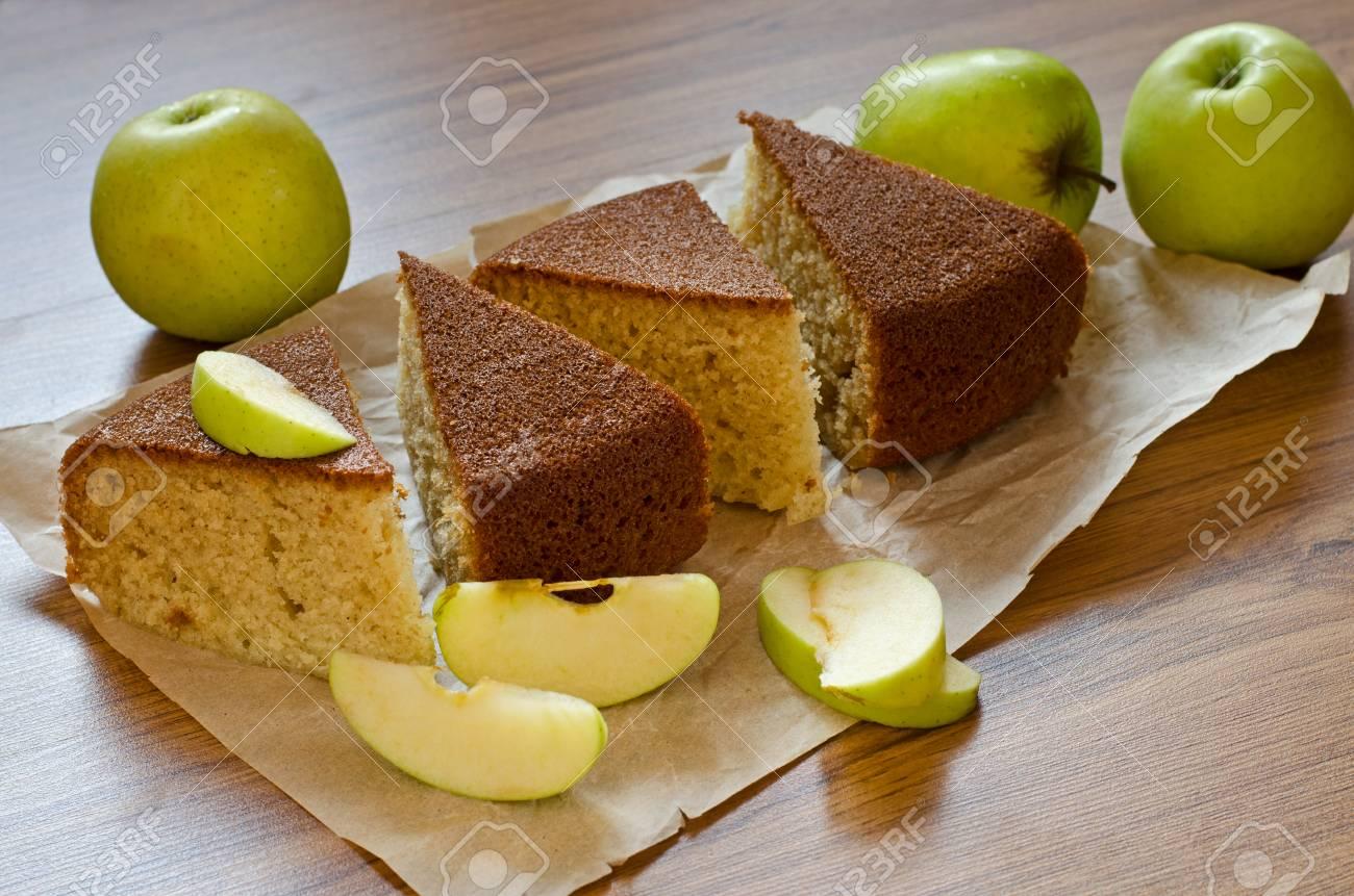 In Scheiben Geschnitten Kuchen Mit Griess Auf Einem Papier Und Grune