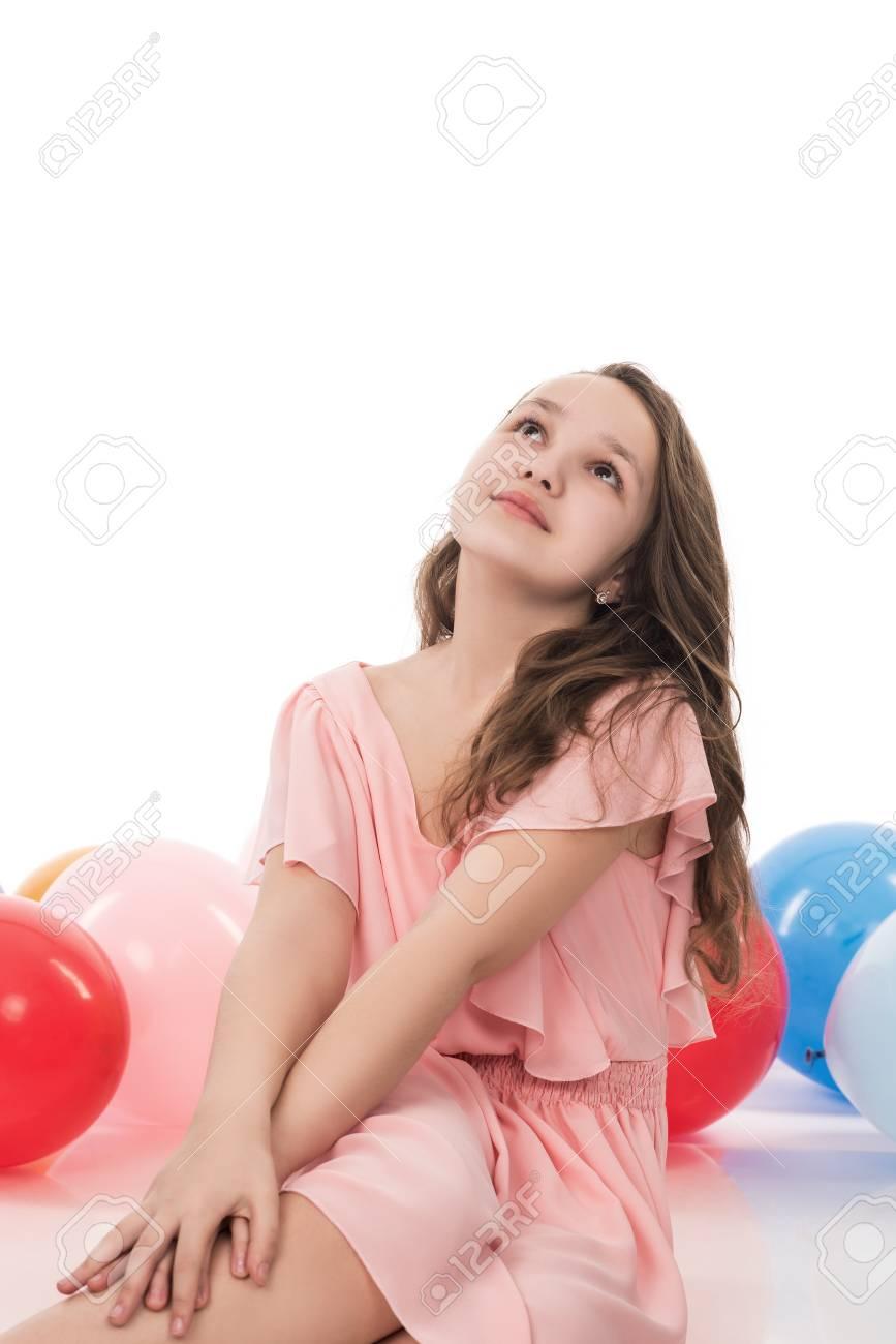 768d8ce588badd Gelukkige jonge vrouw of tienermeisje in roze jurk met helium lucht  ballonnen