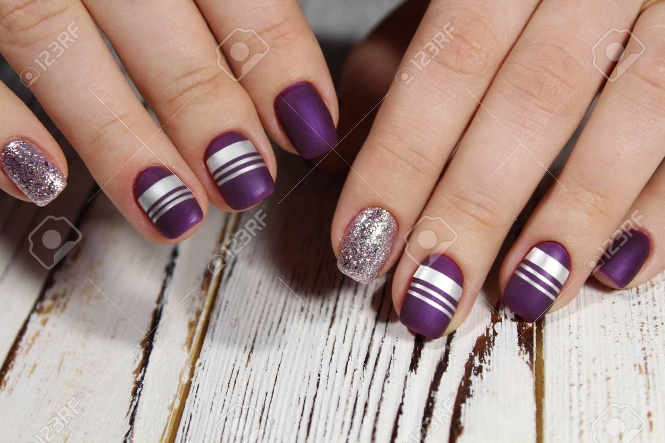 Hermoso Acabado Mate En Color Violeta Con Líneas Plateadas En Las Uñas