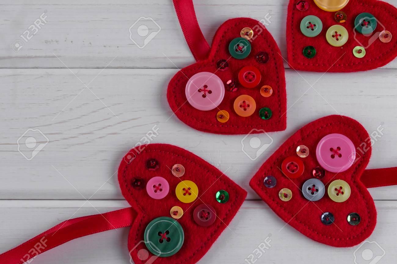 Sentimientos Rojos Artesanías Corazones Decorados Con Perlas Y Botones Sobre Fondo Blanco Decoración Del Día De San Valentín