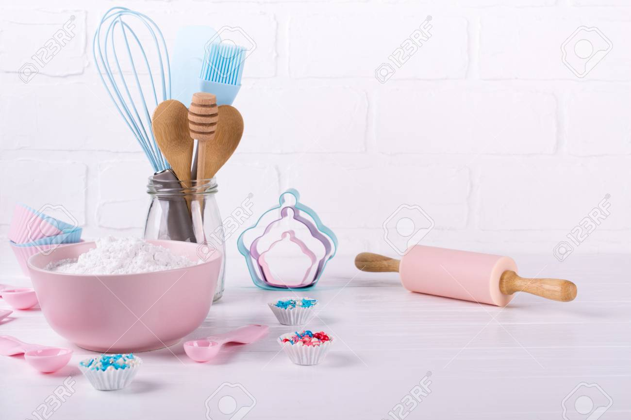 It's cooking time. Baking tools on white. Recipe book background concept. - 106060854