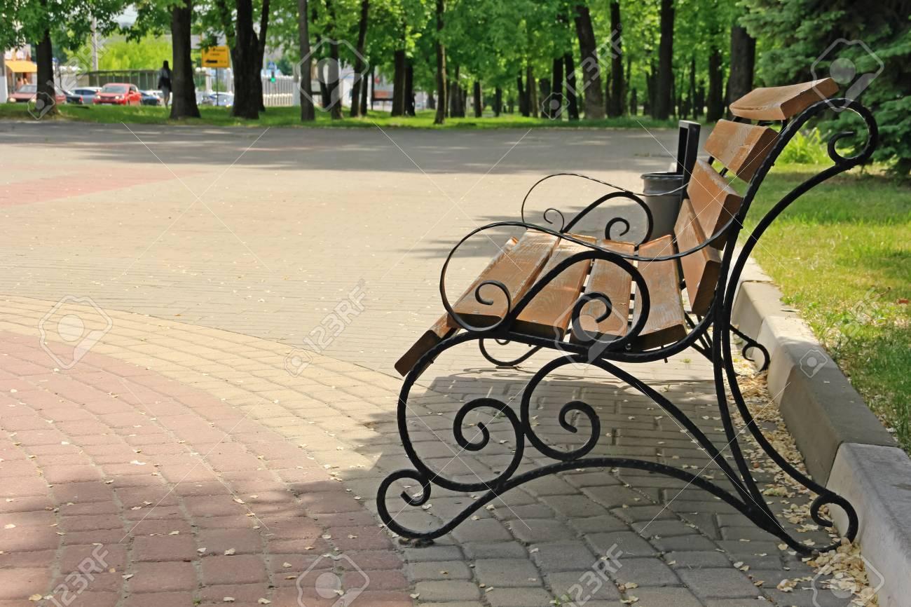 banc en bois avec des fragments en fer forgé banque d'images et