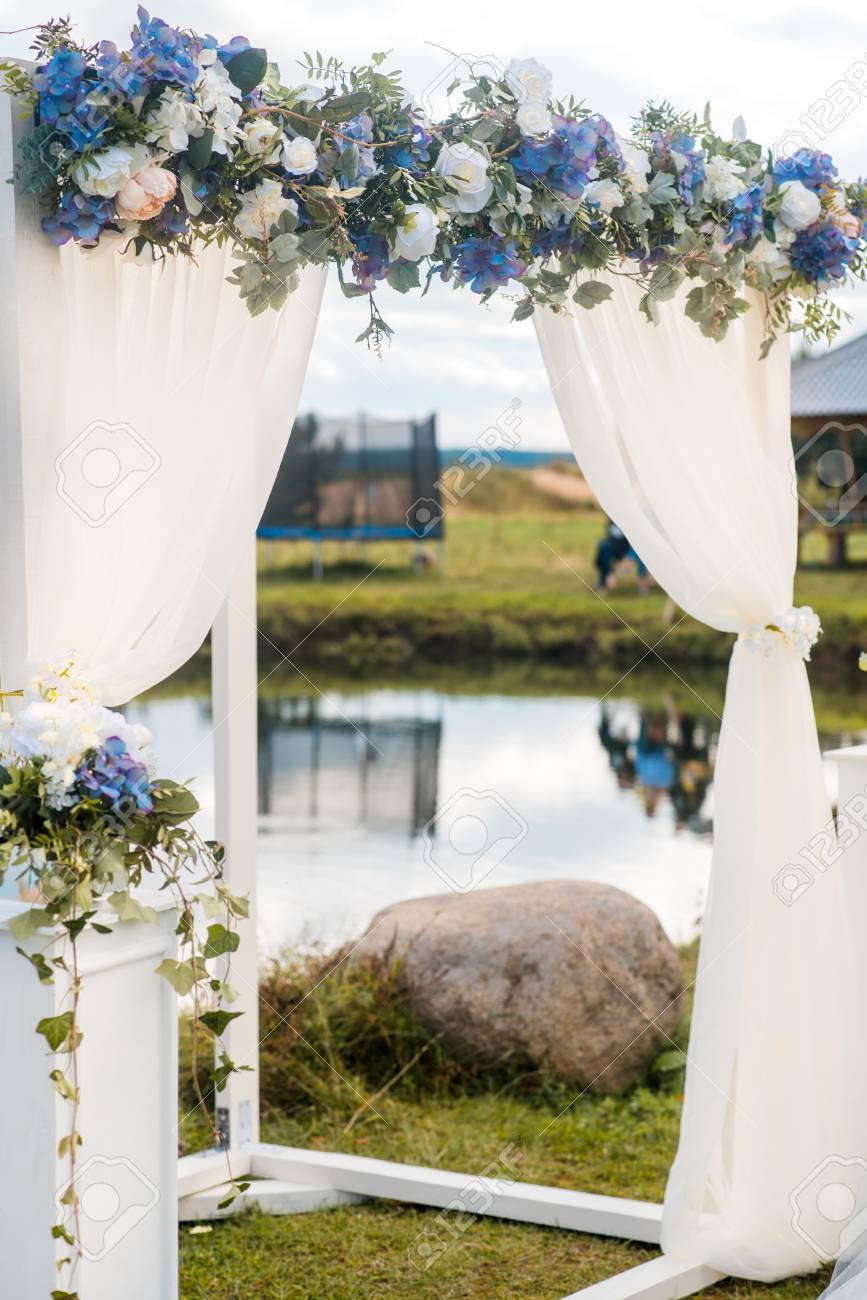 L 39 Arche De Mariage Est Decore Avec Des Fleurs Bleues Et Blanc De La Ceremonie De L 39 Ete De La