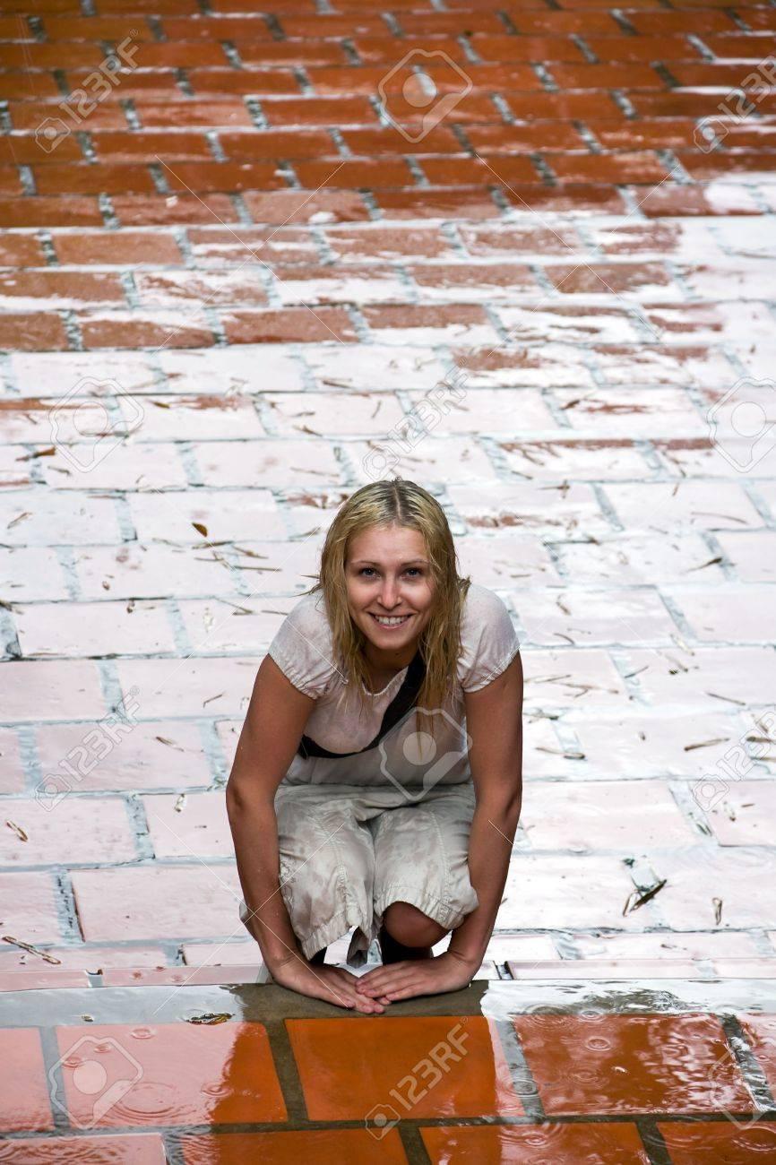 retrato de la chica con el cabello mojado bajo la lluvia Foto de archivo - 5053207