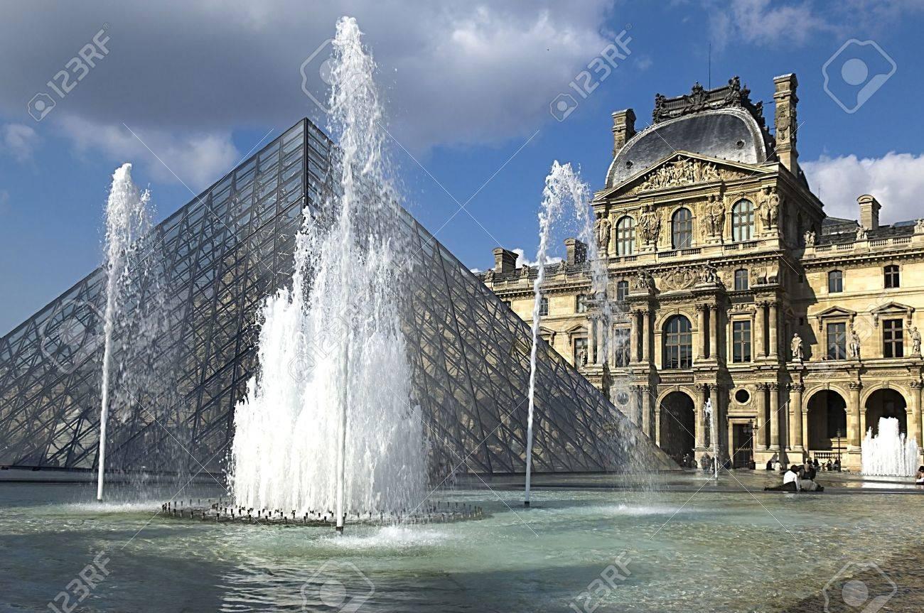 PARIS - Mars 15, 2010. Pyramide De Verre Et De La Fontaine Au Musée ...