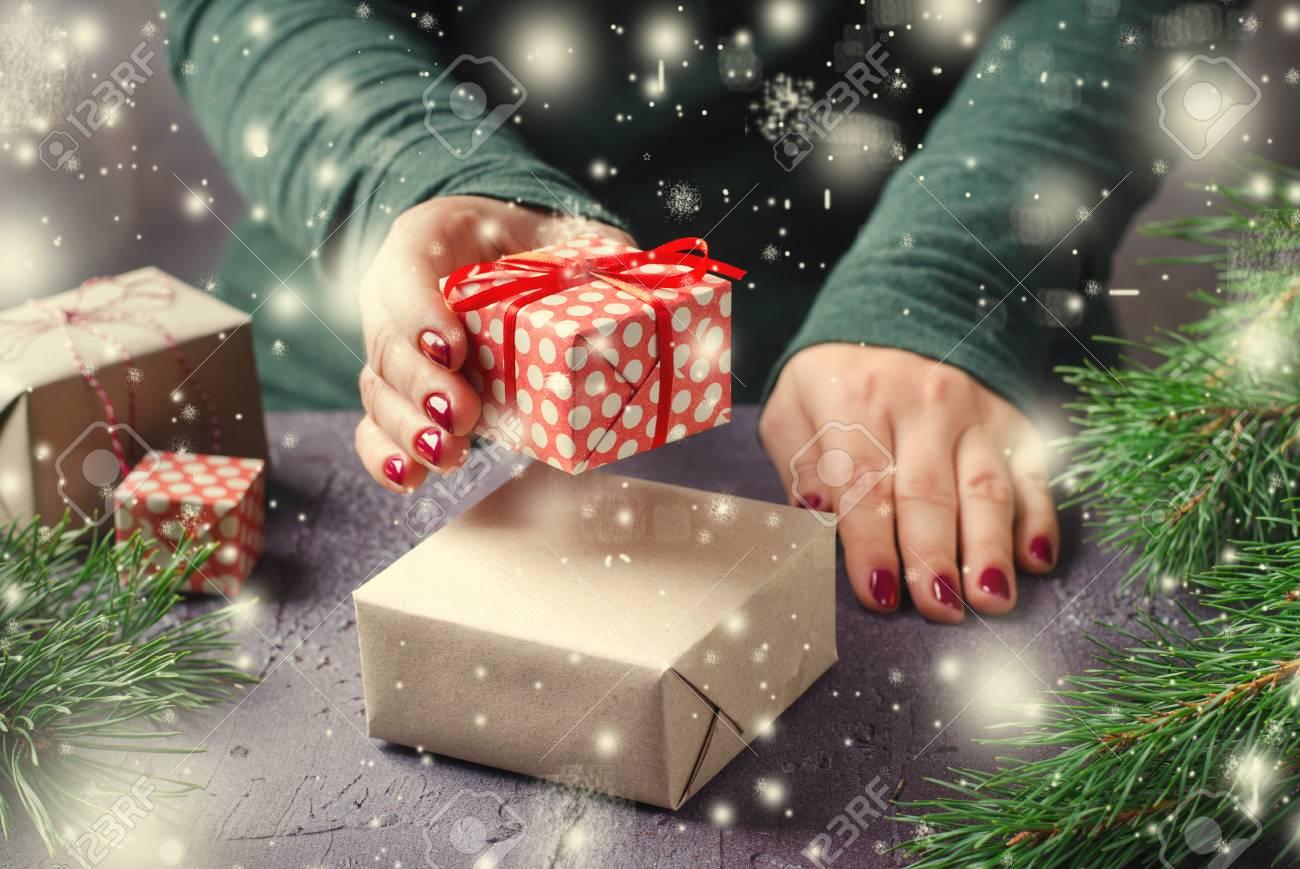 Weibliche Hände, Die Weihnachtsgeschenke Auf Dunklem Hintergrund ...