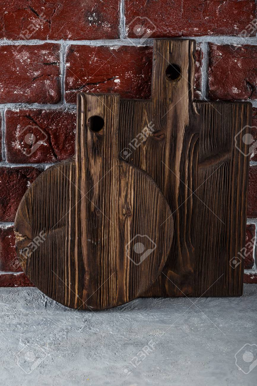 banque dimages deux planches dcouper en bois textur sur fond de mur de brique
