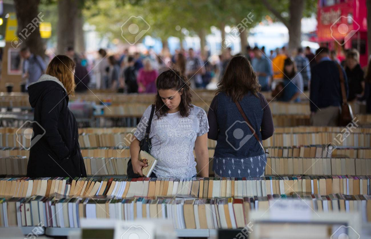 LONDON, UK - SEPTEMBER 20, 2015: People looking for book bargain in The Southbank Centre's Book Market - 63032905
