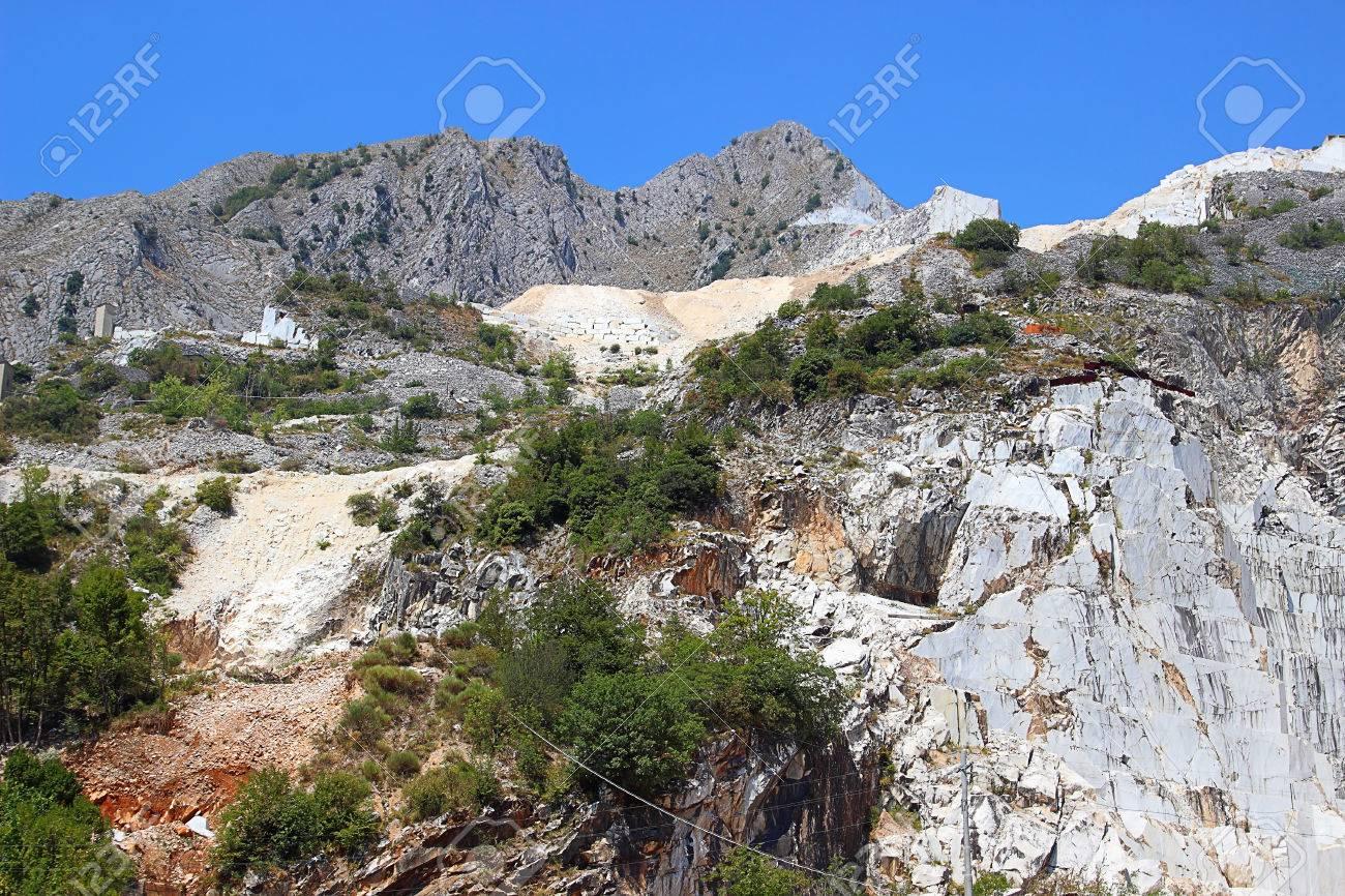 白い大理石の採石場夏のアペニン...