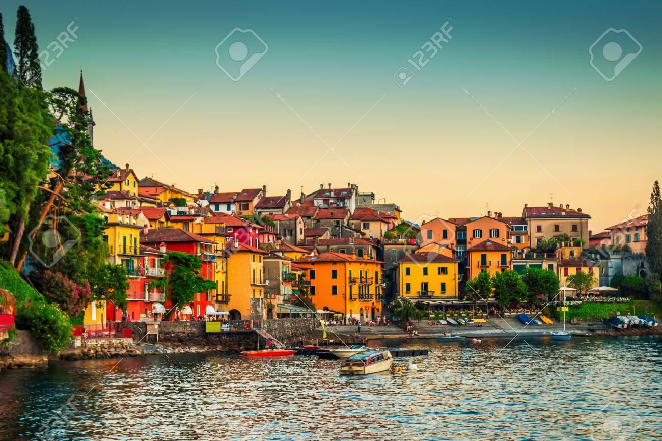 Kleur Veel Kleur : Weergave van veel kleur gebouwen in varenna como meer italië