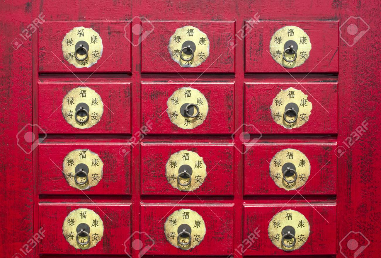 Chinese Rode Houten Kast Met Hiërogliefen Close Up