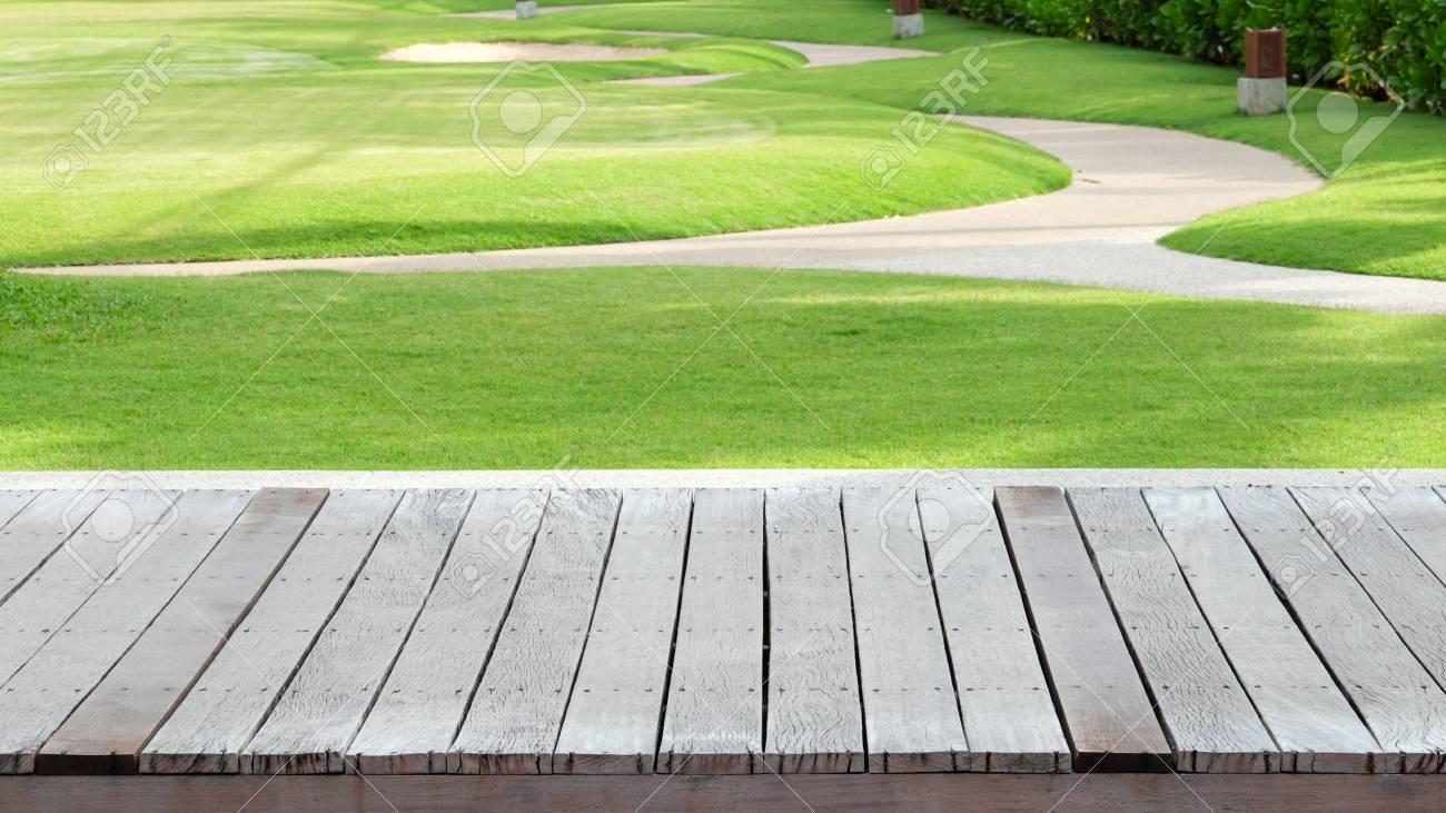 Vecchio pavimento di legno con priorità bassa dell erba verde