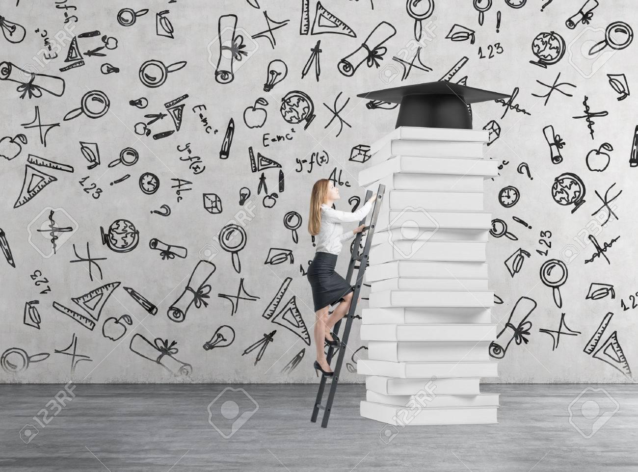 Giovane donna è arrampicata fino a ottenere laurea. Pile di libri e un cappello di laurea come un premio.