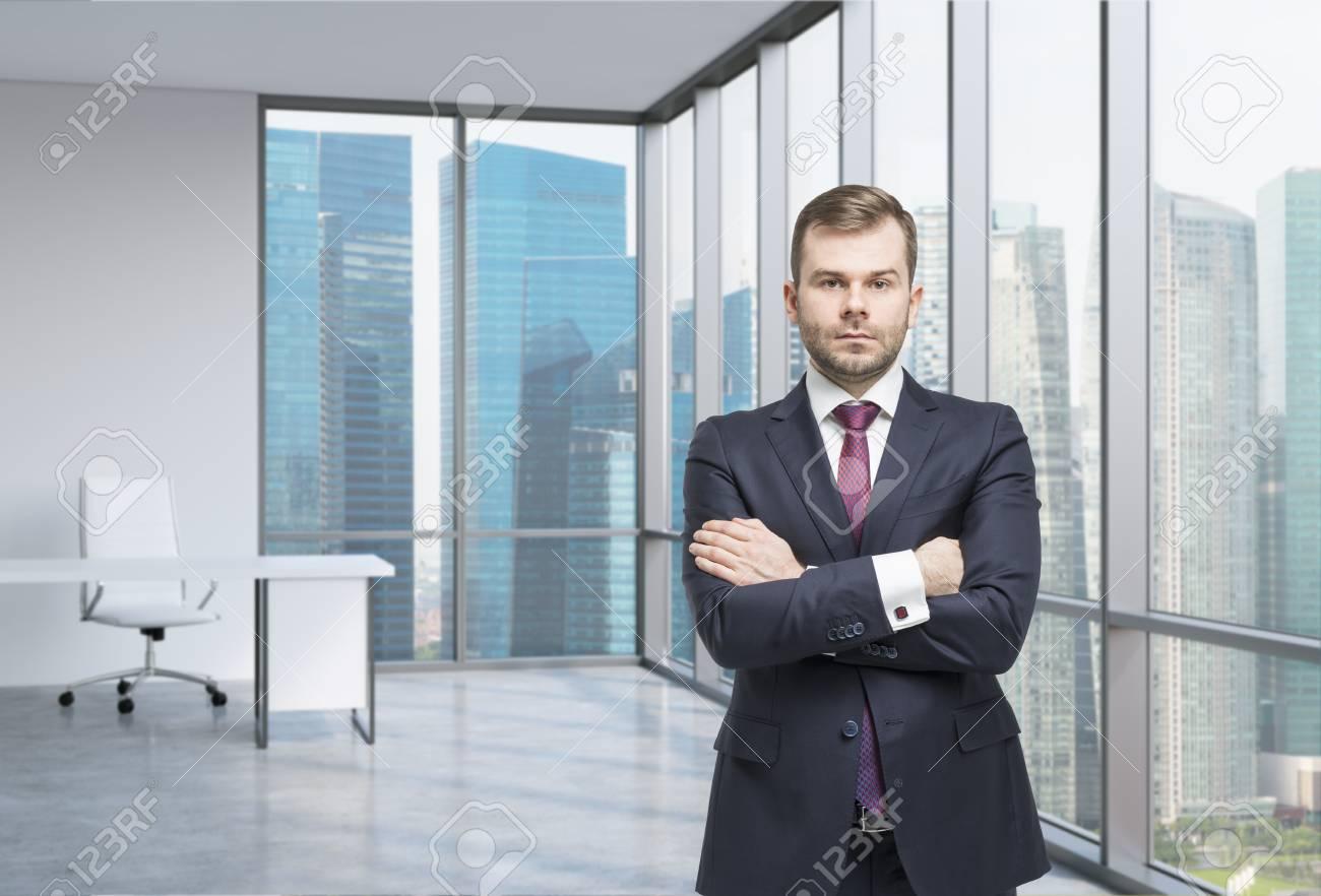 Jeune professionnel est debout dans un bureau en verre contemporain
