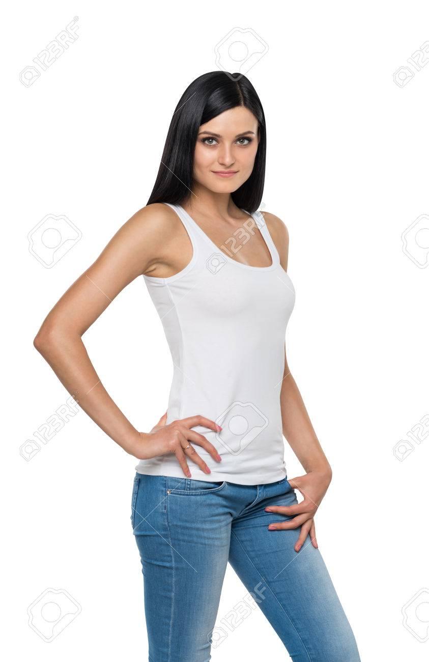 Gros plan d'une jeune fille brune en jeans