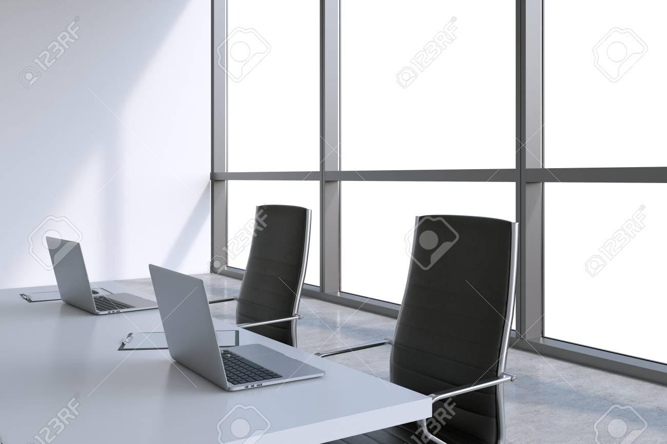 Immagini stock sala riunioni moderna con enormi finestre con