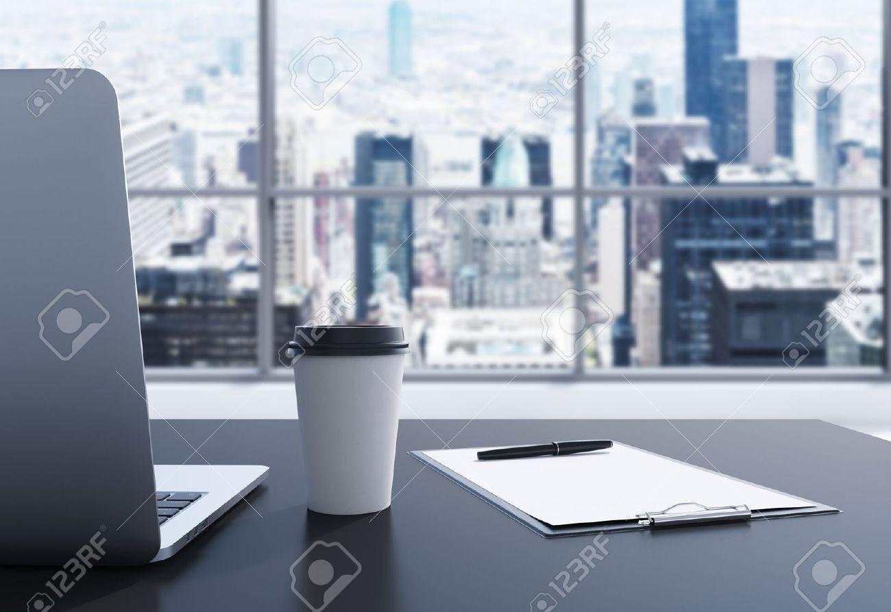 Un Lugar De Trabajo En Una Oficina Moderna Panorámica En Manhattan ...
