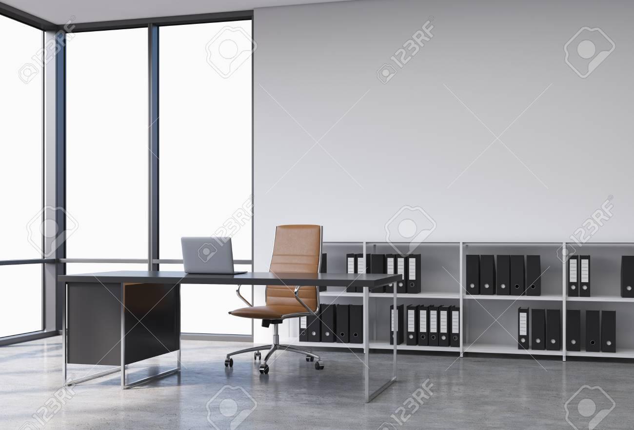 Un lieu de travail dans un coin bureau panoramique moderne avec