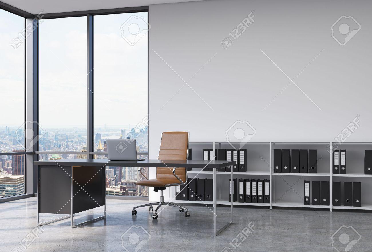 Foto Ufficio Moderno : Un posto di lavoro ceo in un angolo ufficio moderno panoramica con